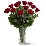 Doce rosas en florero