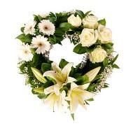 Corona blanca de rosas lirios y gerberas